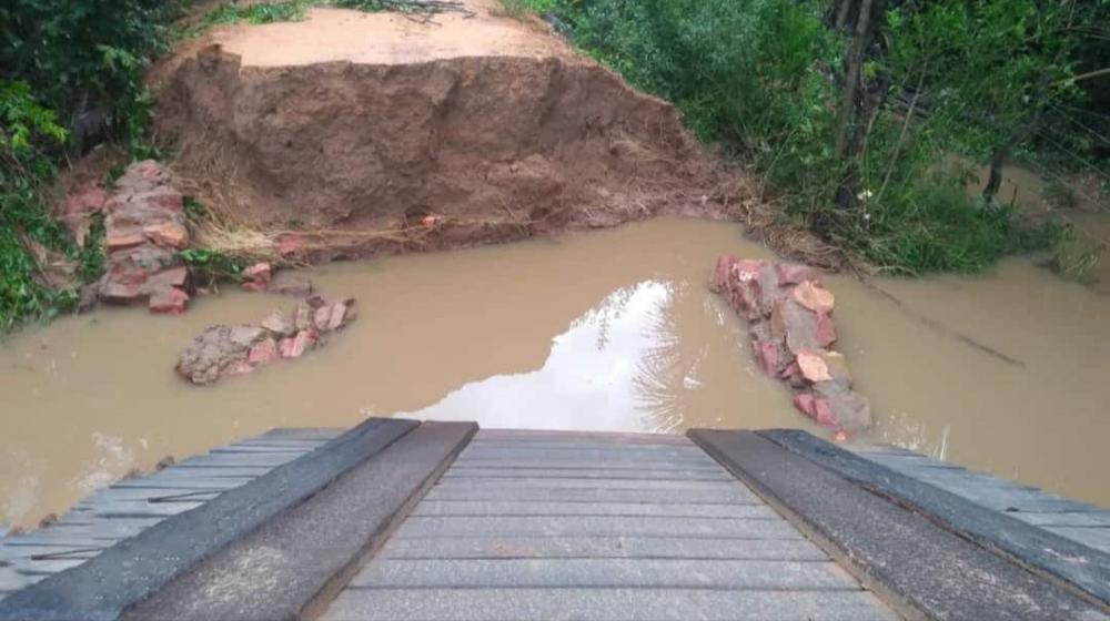 Ponte cai após forte chuva em Palmeira do Piauí