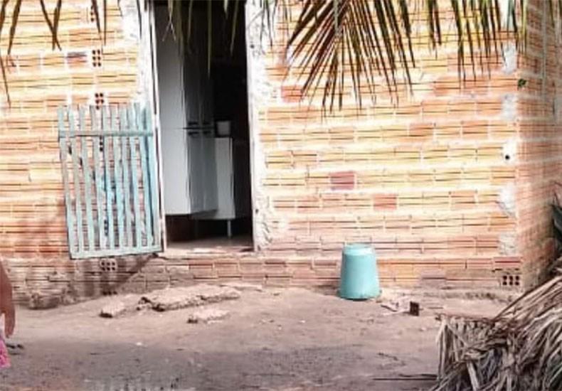 Bebê morre após se afogar em buraco no quintal de casa