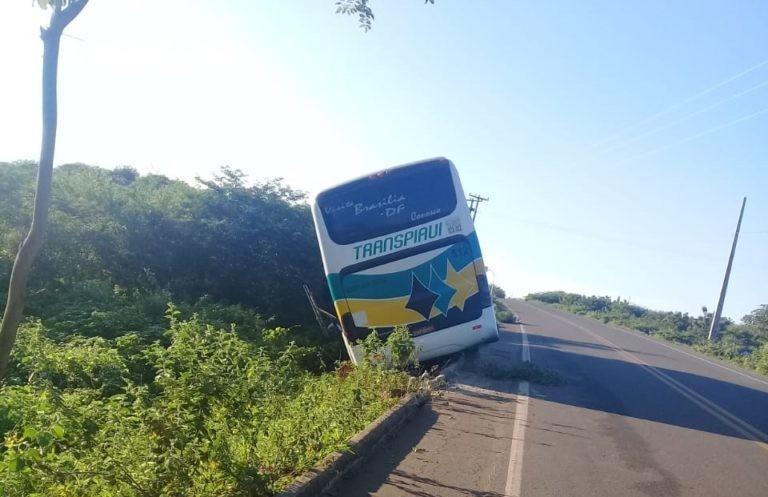 Ônibus da Transpiauí sai da pista no sul do Piauí