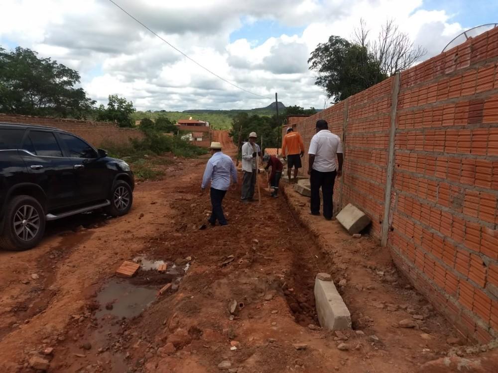 Prefeitura inicia obra de calçamento em Manoel Emídio
