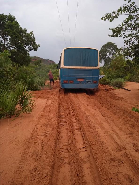 Currais: Motorista pula por janela e ônibus quase cai em cratera