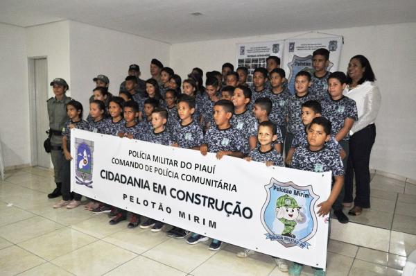 Pelotão mirim de Avelino Lopes recebe novos uniformes
