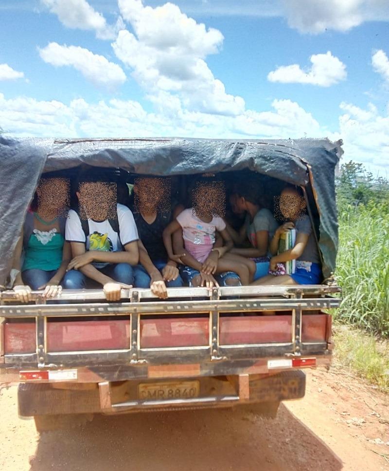 'Pau-de-arara' transporta alunos em Cristalândia