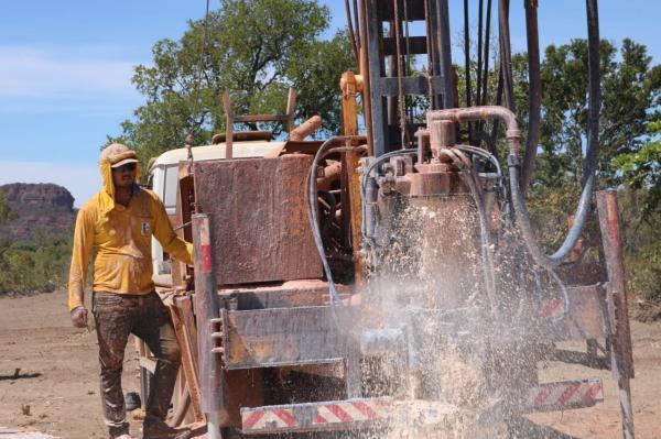 Prefeito acompanha perfuração de poço na localidade Faca de Ponta