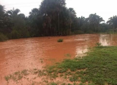 Forte chuva destrói estrada e arrasta caminhonetes na Serra da Laranjeira