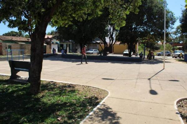 Corrente realiza trabalho de revitalização de praça próximo ao Hospital