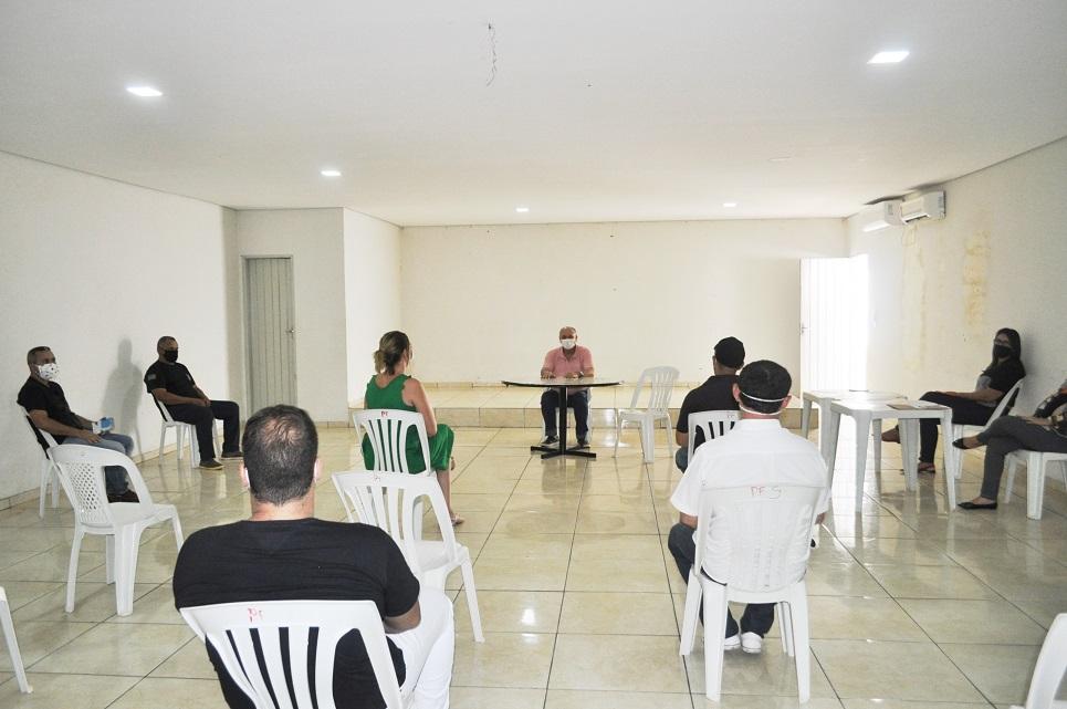 Prefeito de Avelino Lopes se reúne com assessores sobre covid-19