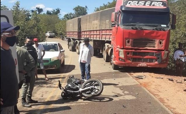 Corrente: Casal de jovens morre após colidirem com carreta