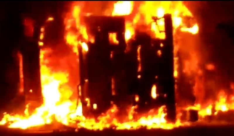 Carreta carregada de milho tomba e pega fogo em Redenção