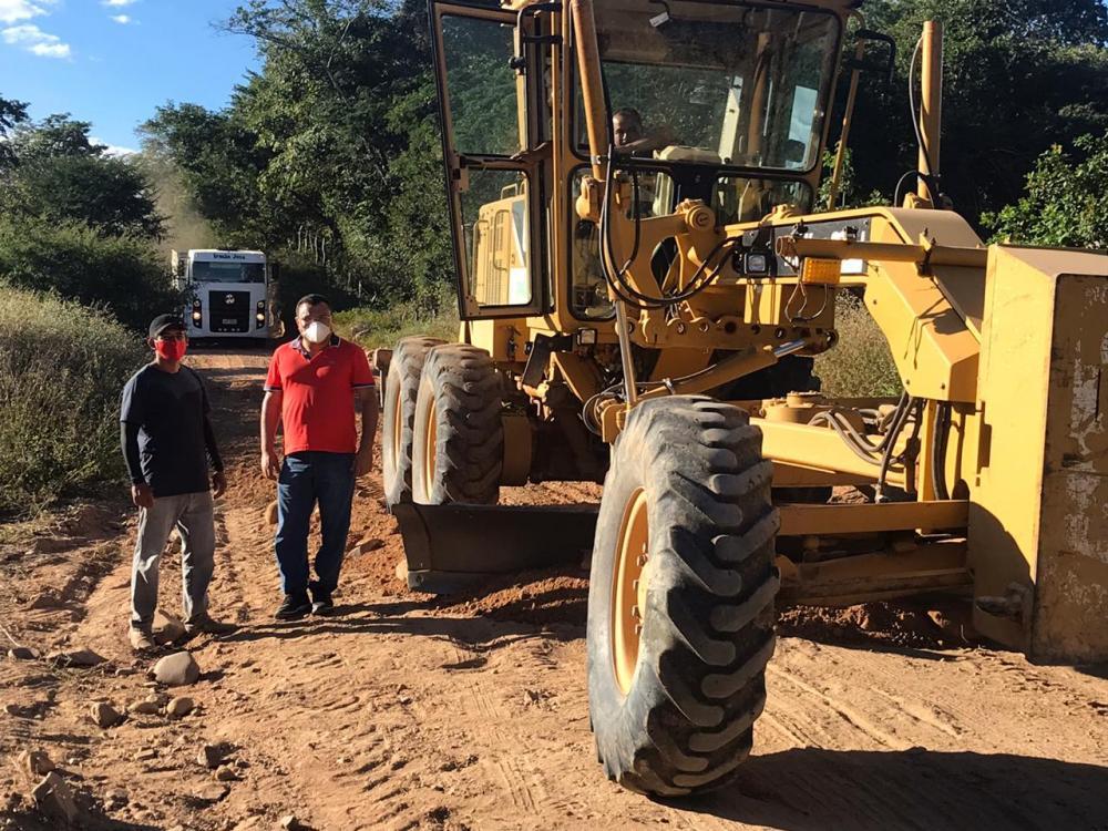 Dr. Macaxeira visita recuperação da estrada do Barracão