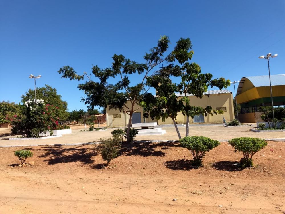 Prefeitura recupera estradas, limpa ruas e revitaliza Praça da comunidade Água Branca