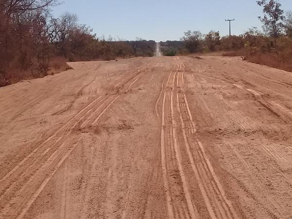 Asfalto de Barreiras do Piauí está quase intrafegável