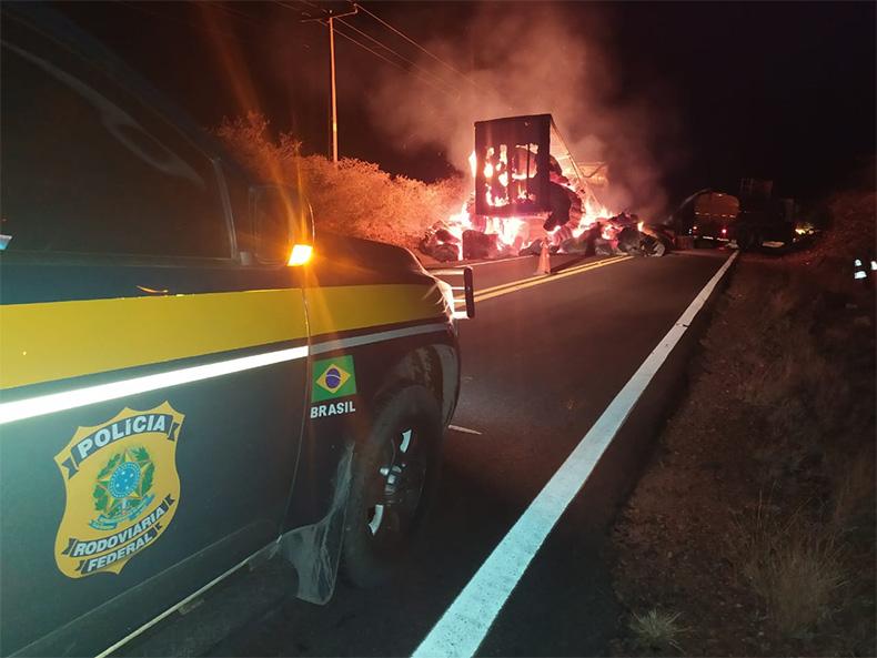 Carretas pegam fogo na BR-135 e rodovia fica interditada