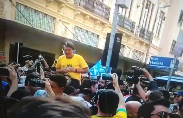BOLSONARO leva facada durante ato público em Juiz de Fora (MG)