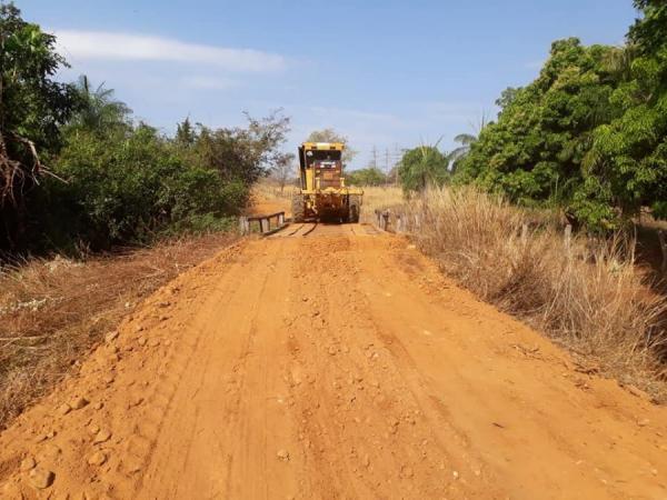 Secretaria de Infrainstrutura realiza manutenção das estradas vicinais em Corrente.