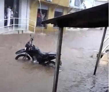 Vídeo: rio transborda e ruas ficam alagadas em Corrente