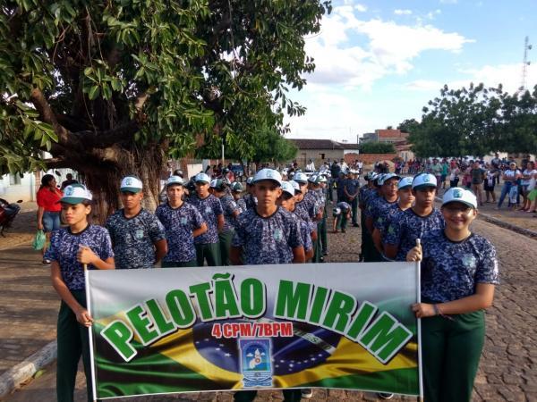 Desfile Cívico em Avelino Lopes-PI; pelotão mirim da PM