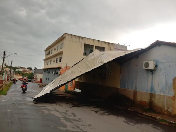 Forte chuva em Bom Jesus retira teto de loja