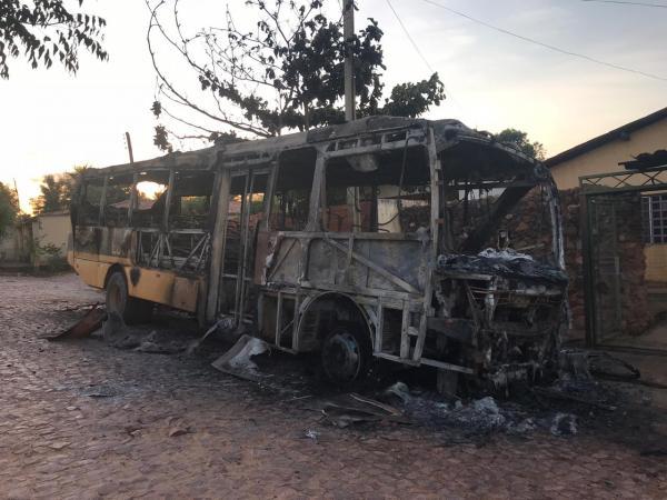 Ônibus escolar é incendiado na cidade de Cristino Castro-PI